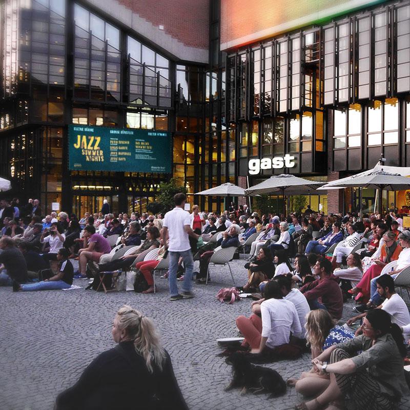 """""""Jazz Summer Night""""-Publikum in der Abendsonne am Gasteig"""